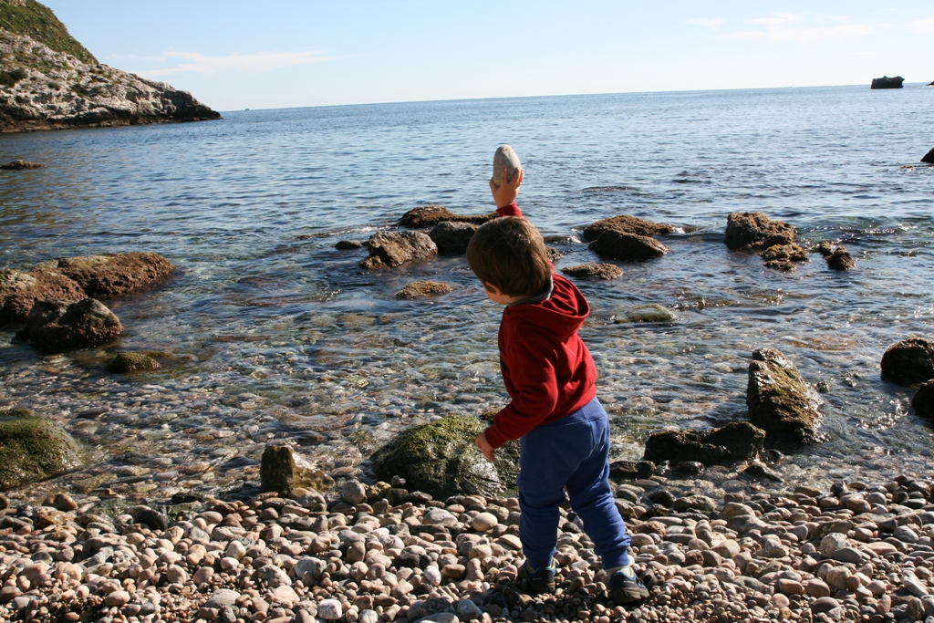bambino che gioca in riva al mare durante un weekend in sicilia