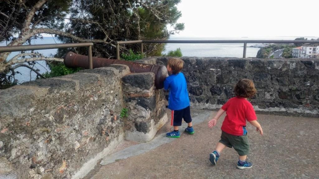 bambini che giocano ad aci castello