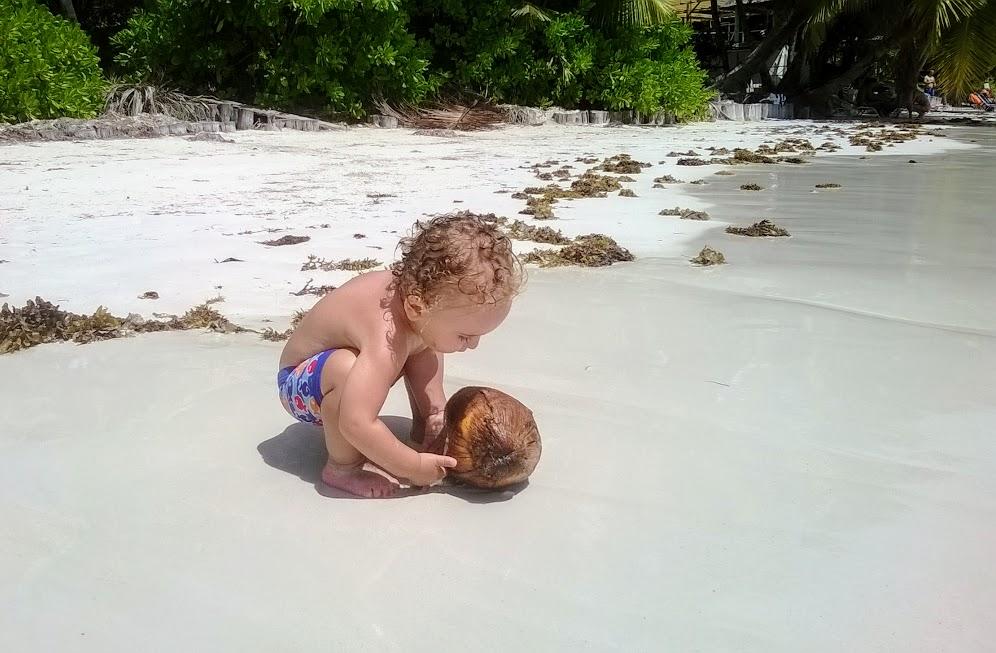 bambino che gioca sulla spiaggia alle seychelles