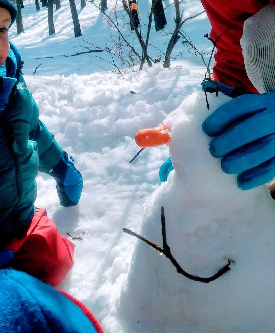 pupazzo di neve un'idea per giocare sulla neve con i bambini