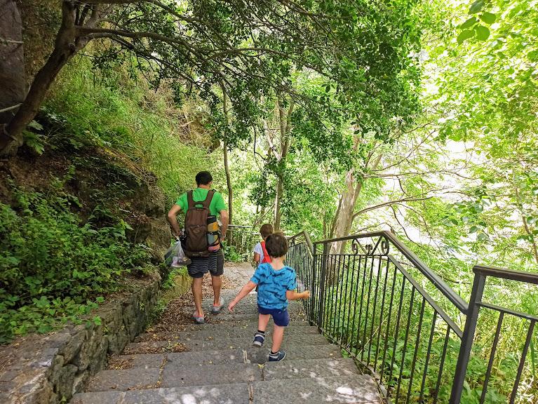 scala ingresso comunale delle gole dell'Alcantara e dei bambini che scendono