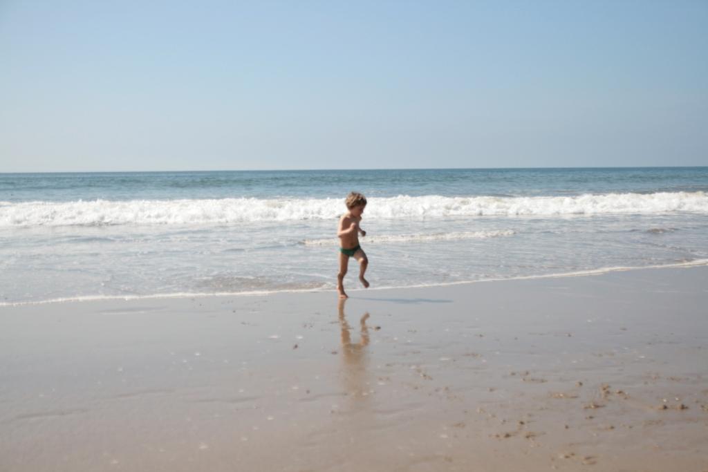 bambino che corre sulla spiaggia di Malibù in California