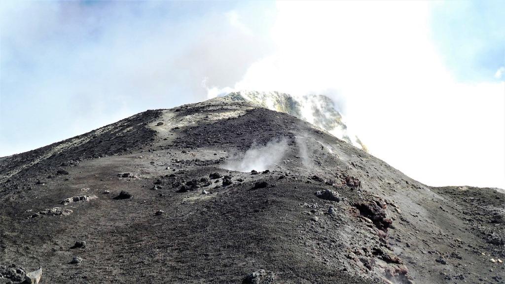 vapori che escono dal vulcano Etna