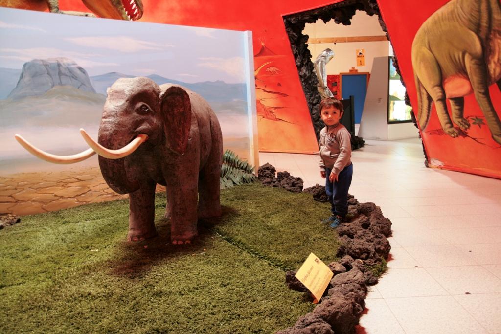bambino che gioca al museo della lava