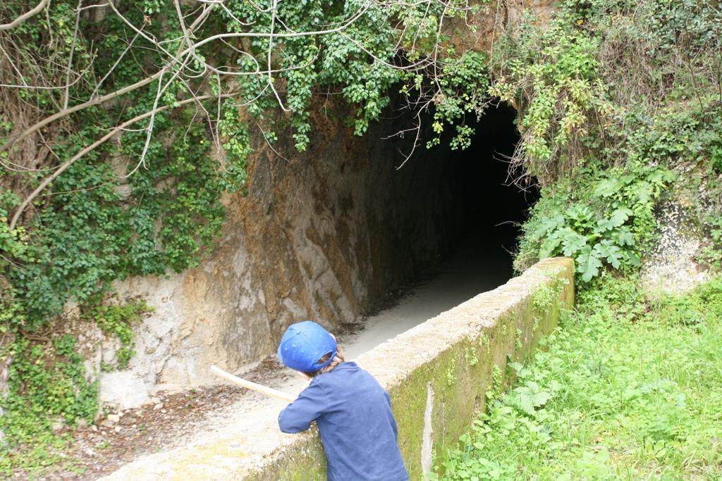 bambini che osservano le grotte di Pantalica