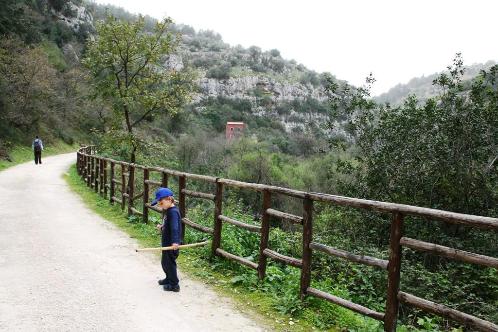 bambino che cammina sul sentiero della valle dell'anapo