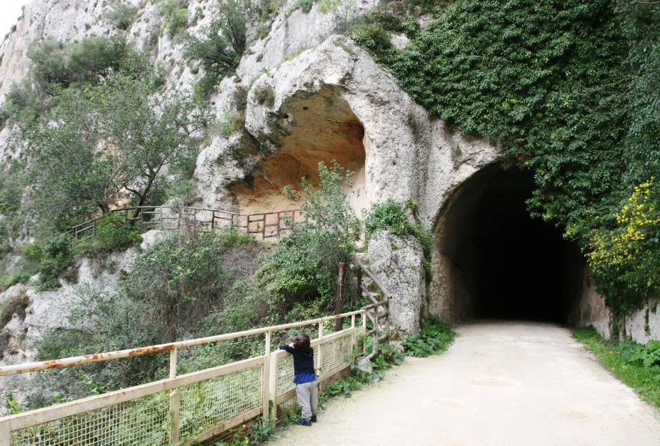 bambino che fa trekking a Pantalica