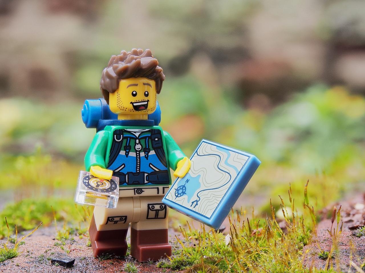 omino Lego che fa trekking