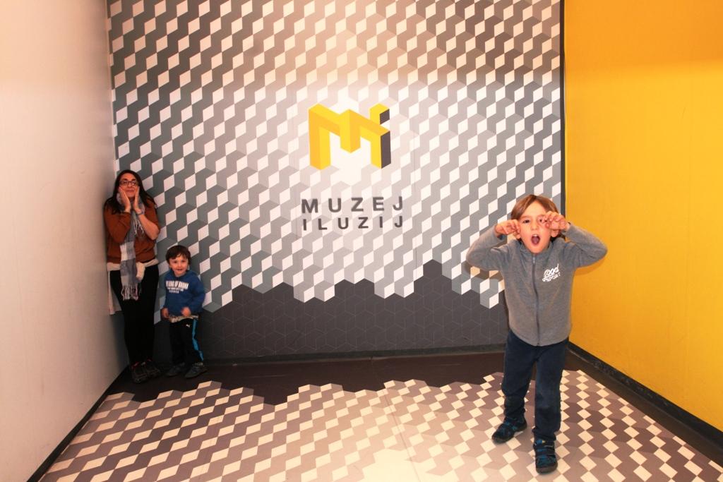 una famiglia che gioca al Museo delle Illusioni di Lubiana