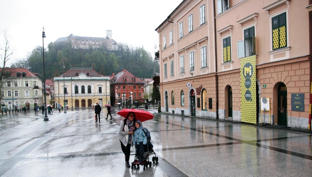 una famiglia davanti l'ingresso del museo delle illusioni di Lubiana