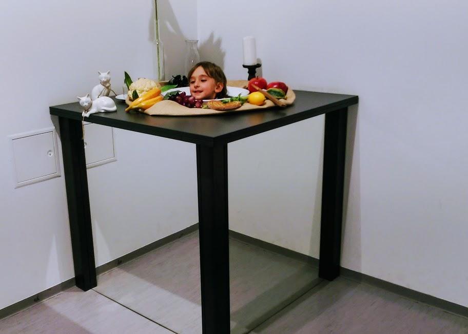 bambino che gioca al museo delle Illusioni di Lubiana