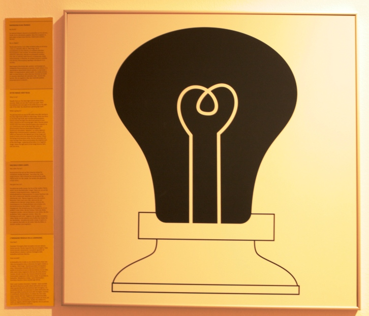 immagine di una lampadina al museo delle illusioni di Lubiana