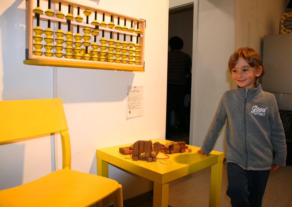 una bambino che gioca a rompicapo al museo delle Illusioni di Lubiana