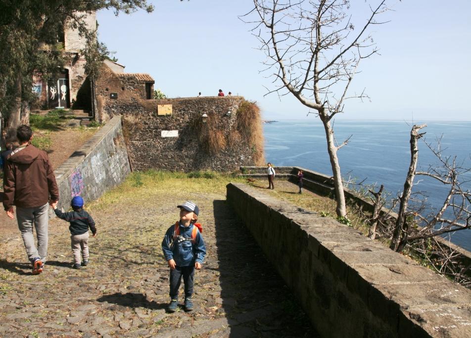 un bambino che fa un percorso trekking sicilia alla Timpa
