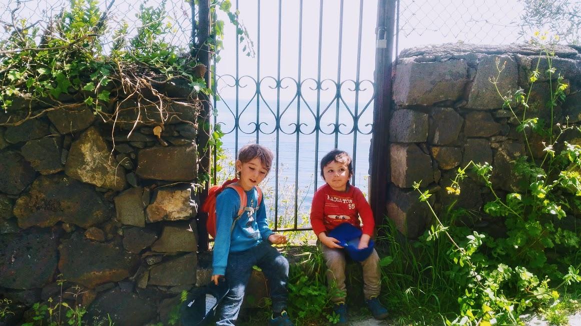 bambini che fanno un percorso trekking Sicilia