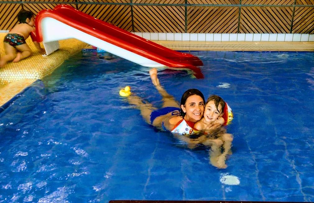 mamma e bambino in piscine alle terme in Slovenia