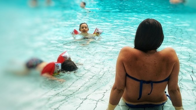 donna con bambini alla terme in Slovenia