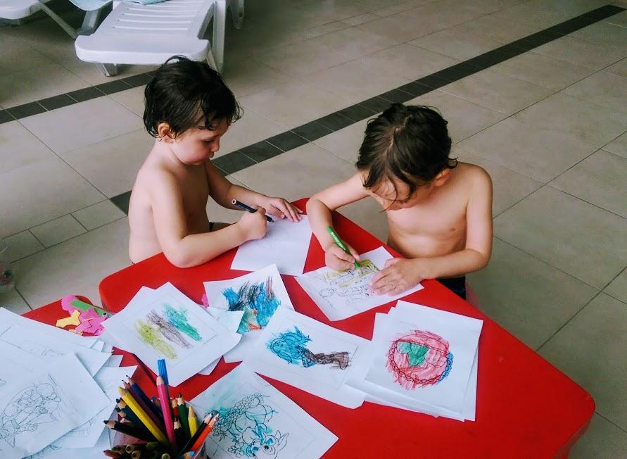 bambini che giocano alle terme in Slovenia