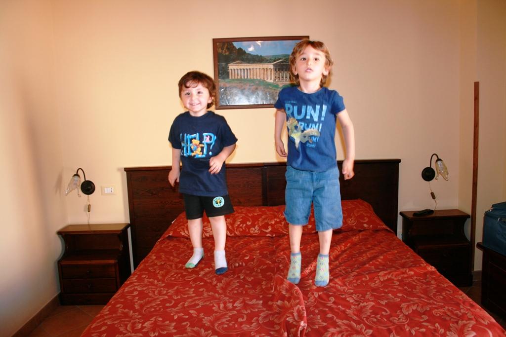 bambini che saltano sul letto in una casa a Erice