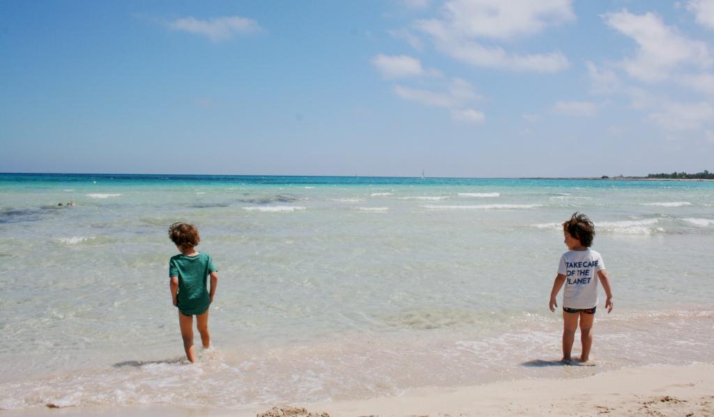 bambini che giocano sulla spiaggia di san vito lo capo