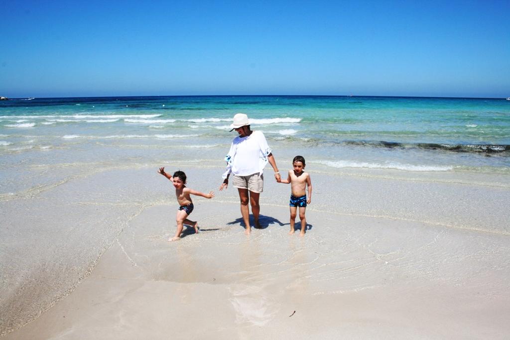 mamma e bambini che giocano sulla spiaggia di San vito lo capo