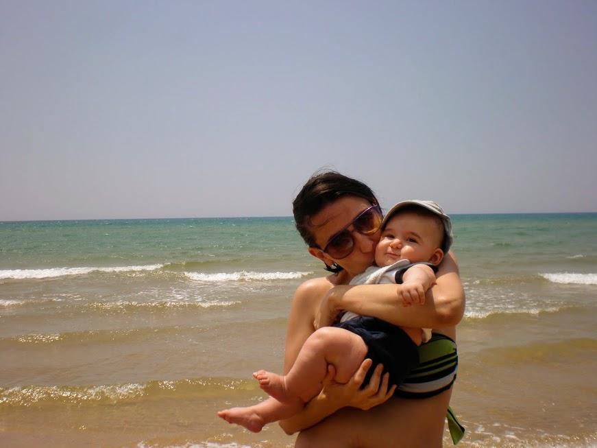 mamma e bambino al mare in Sicilia