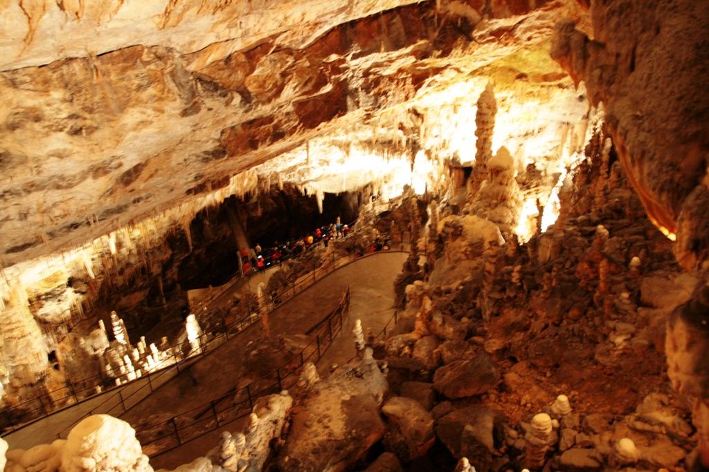 gente che visita le grotte di postumia anche con i bambini