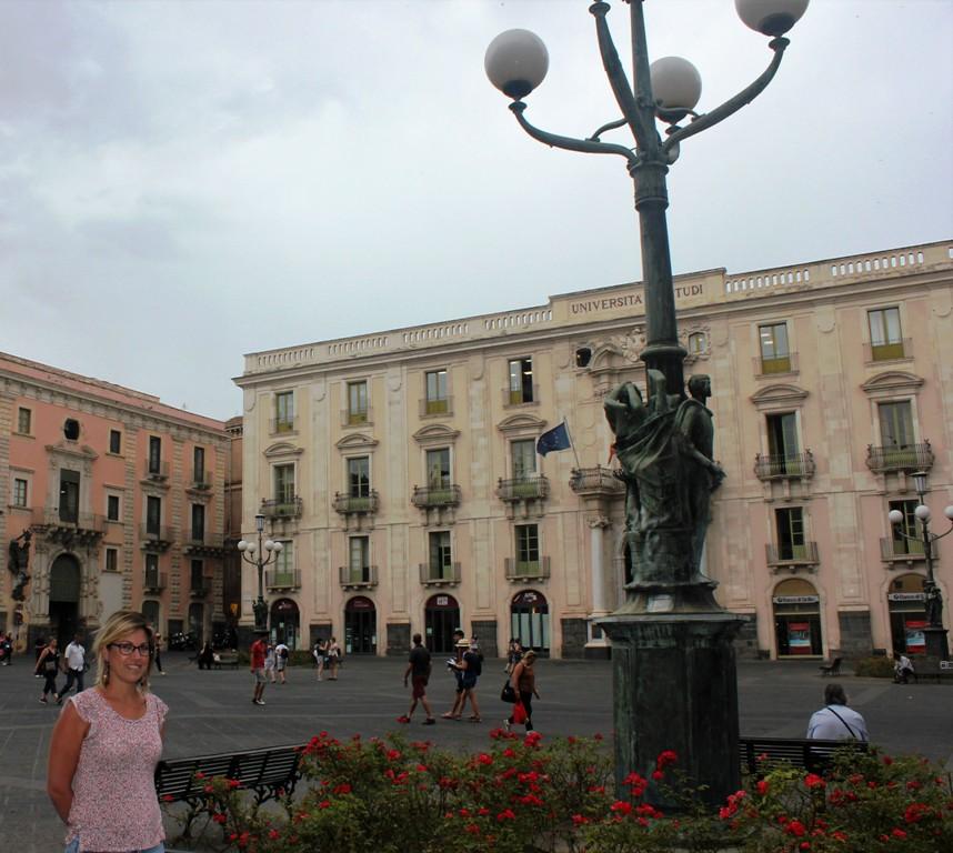una mamma a piazza università che racconta le quattro leggende di Catania a un bambino