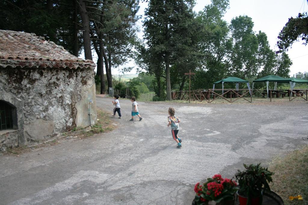 bimbi che corrono durante una gita fuori porta