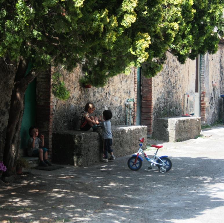 bimbi che giocano in un cortile durante una gita fuori porta in Sicilia