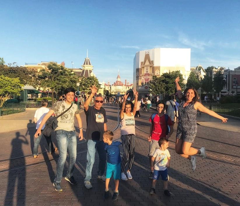 una famiglia che ride a Disneyland Paris