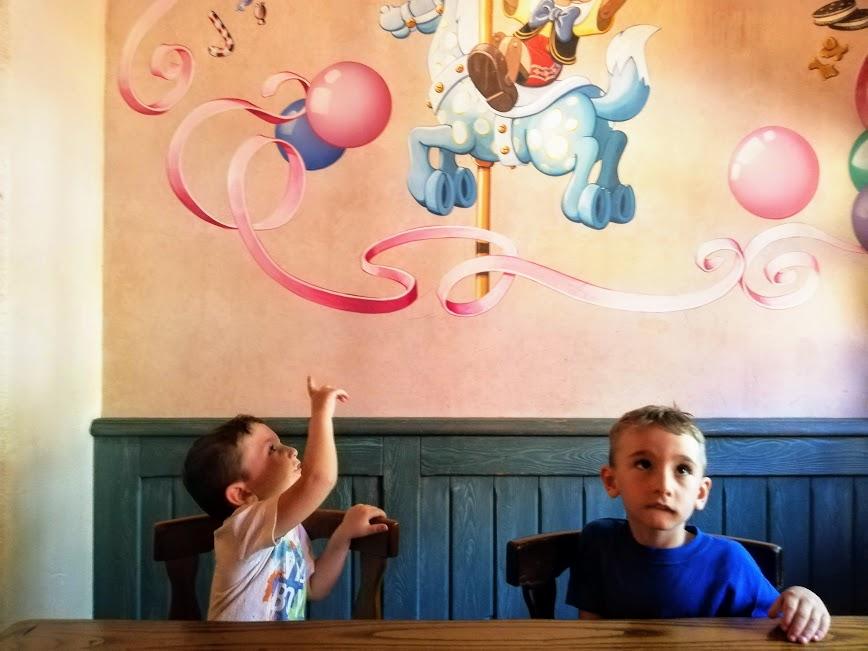 bambini che mangiano in un fast food a Disneyland Paris