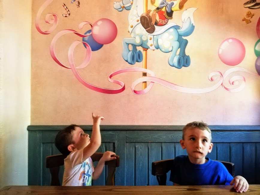 bambini che mangiano in un fast food a Disneyland Paris