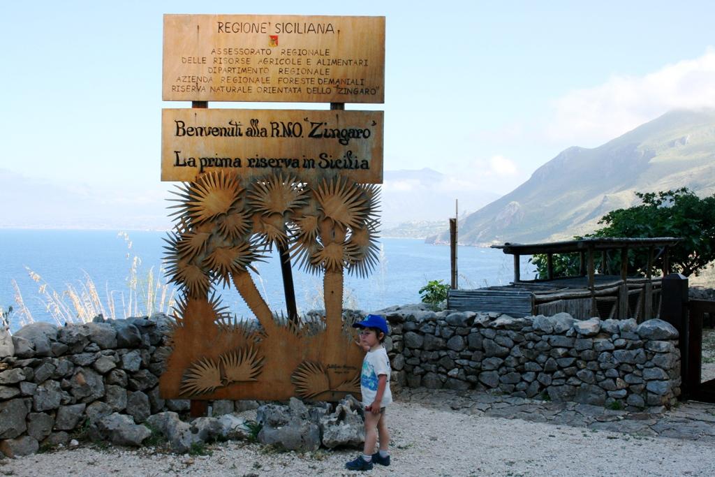 un bambino davanti l'ingresso della riserva dello zingaro