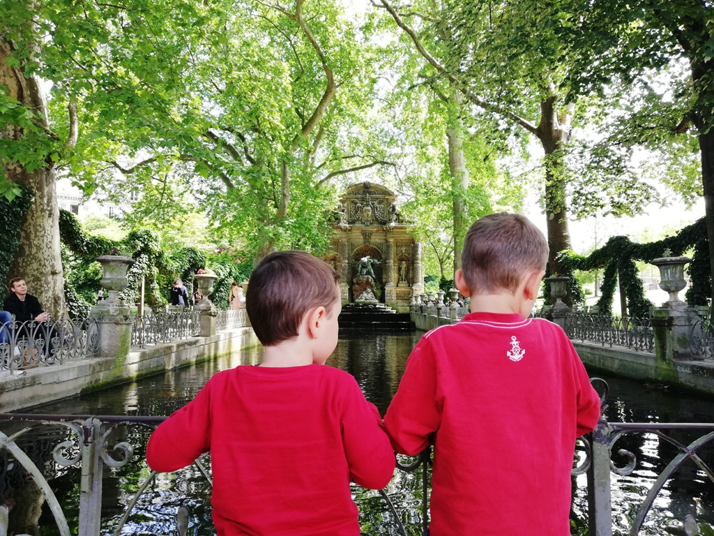 due bambini ai giardini di lussemburgo