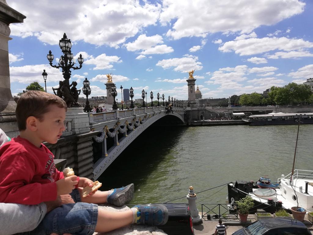 un bambino sul Ponte Alexandre III a Parigi