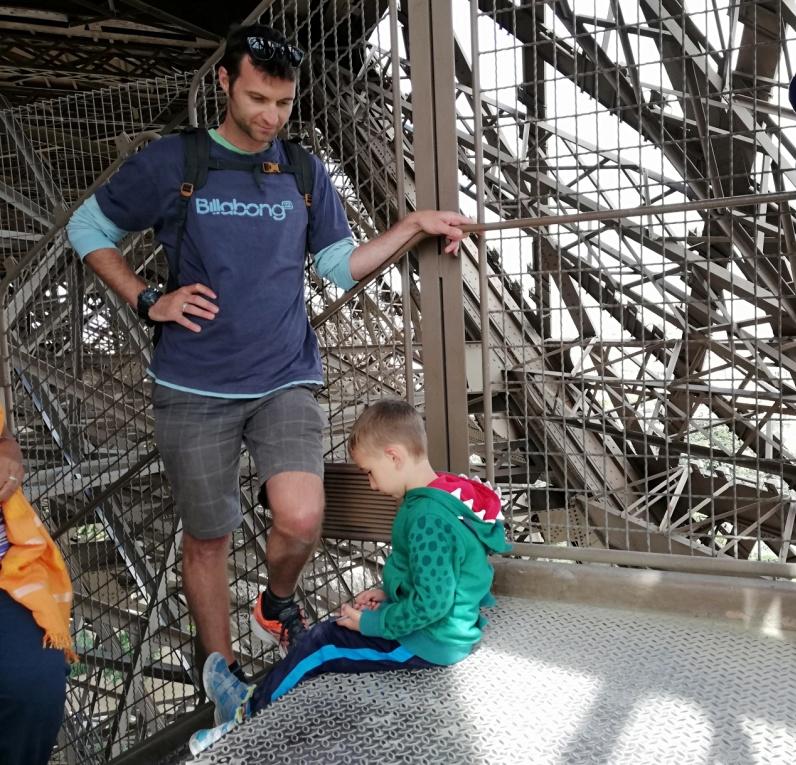 bambino che sale le scale della torre eiffel