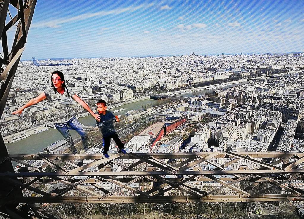 mamma e bambino che giocano sulla torre eiffel