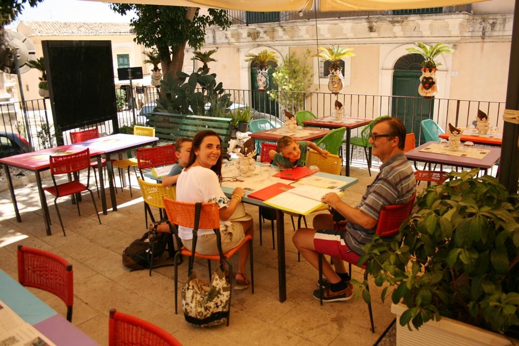 famiglia con bambini seduta al ristorante di Ragusa Ibla