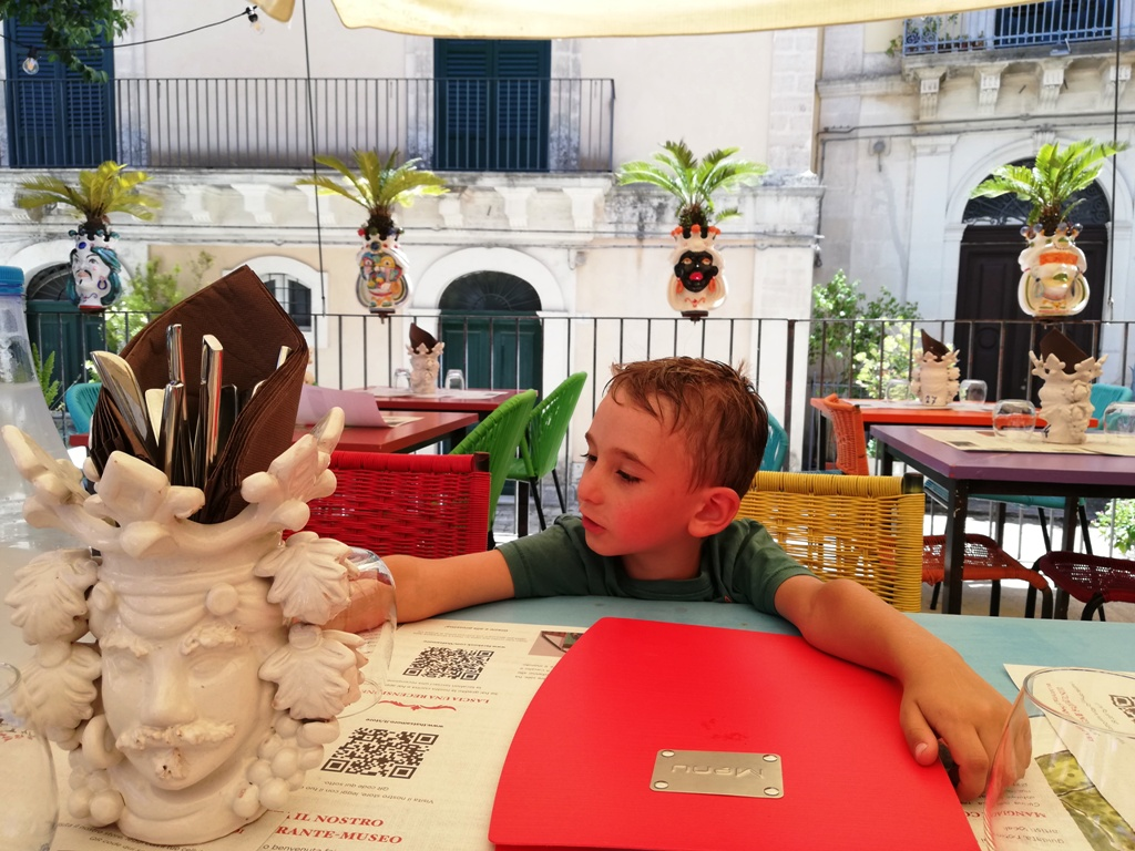 bambino seduto al ristorante a Ragusa ibla