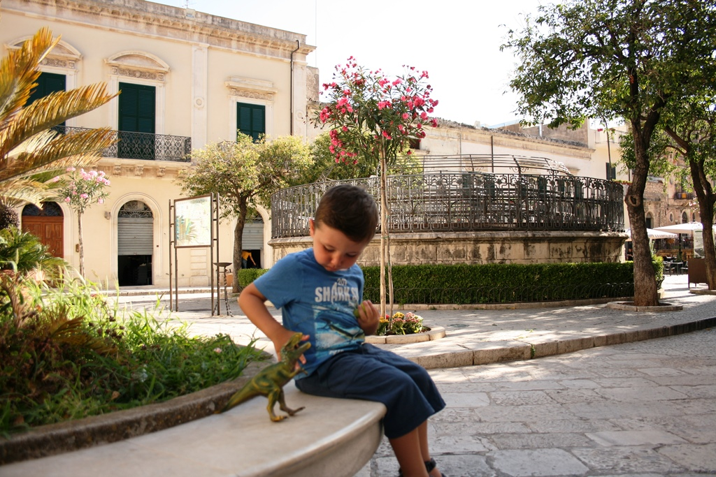 bambino che gioca a Scicli
