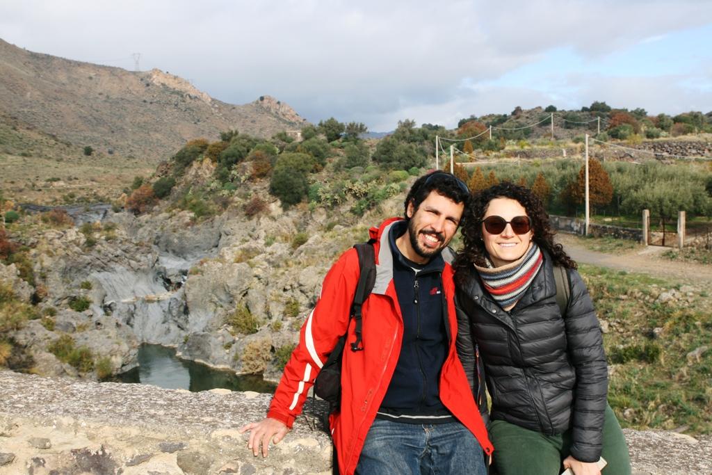 una coppia durante un'escursione in Sicilia