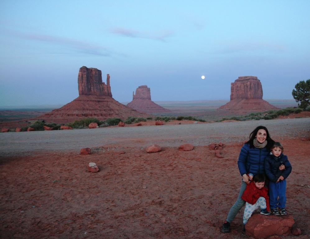mamma e bambini alla monument valley