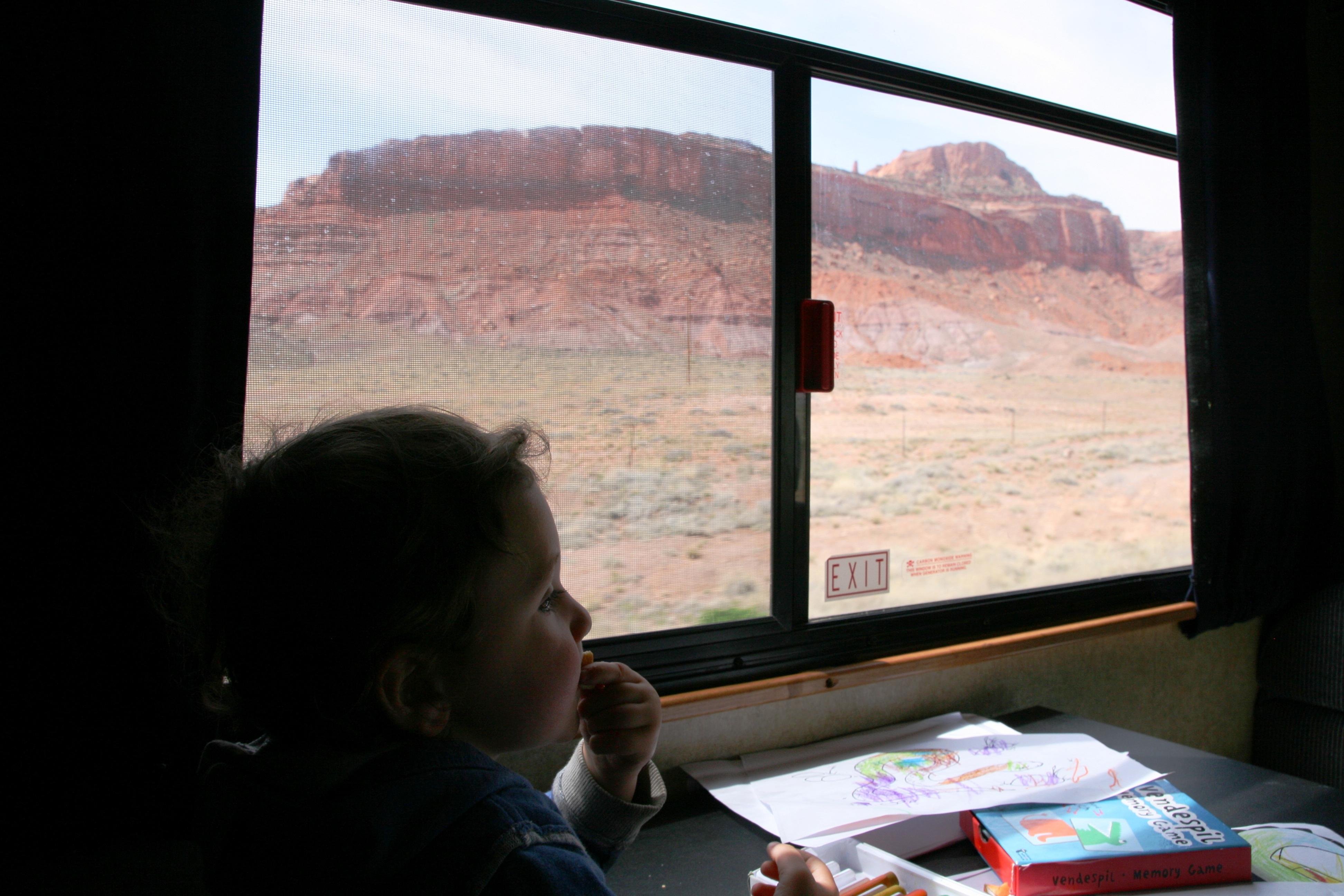bambino che guarda dal finestrino del camper la monument valley