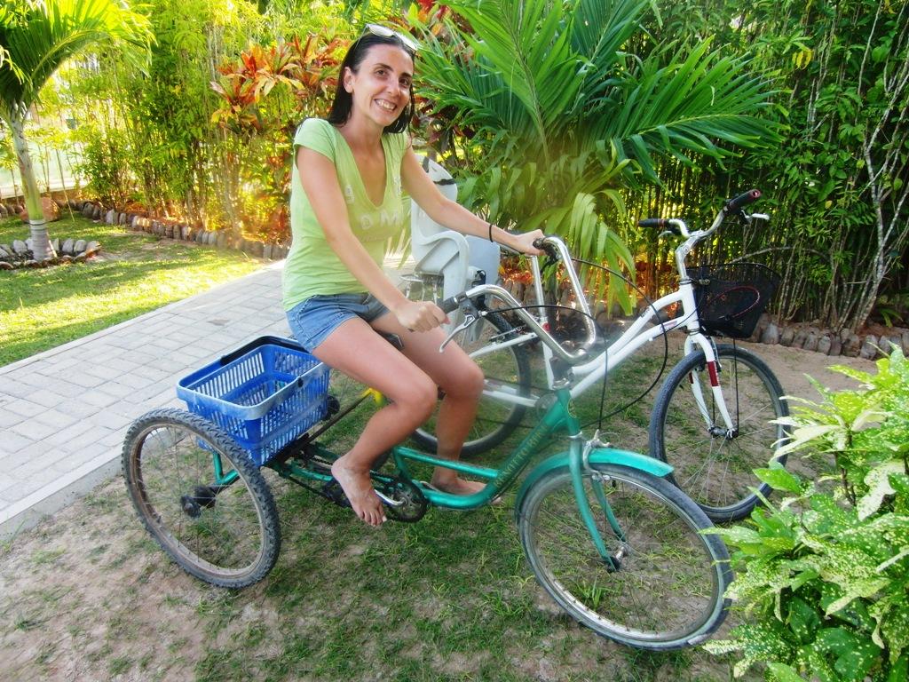 una donna in bici alle Seychelles