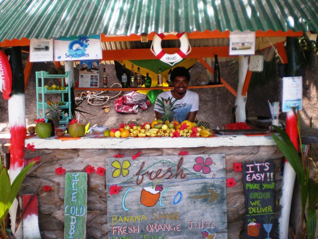 un ragazzo che vende frutta alle seychelles