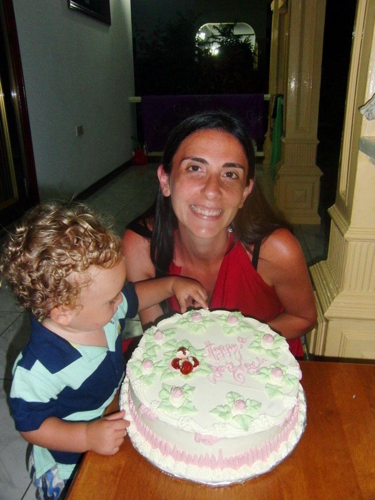 mamma e bambino che festeggiano il compleanno alle seychelles