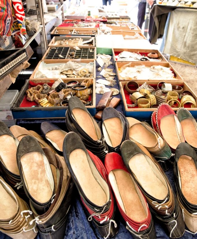bancarella di scarpe al mercatino turco di Berlino