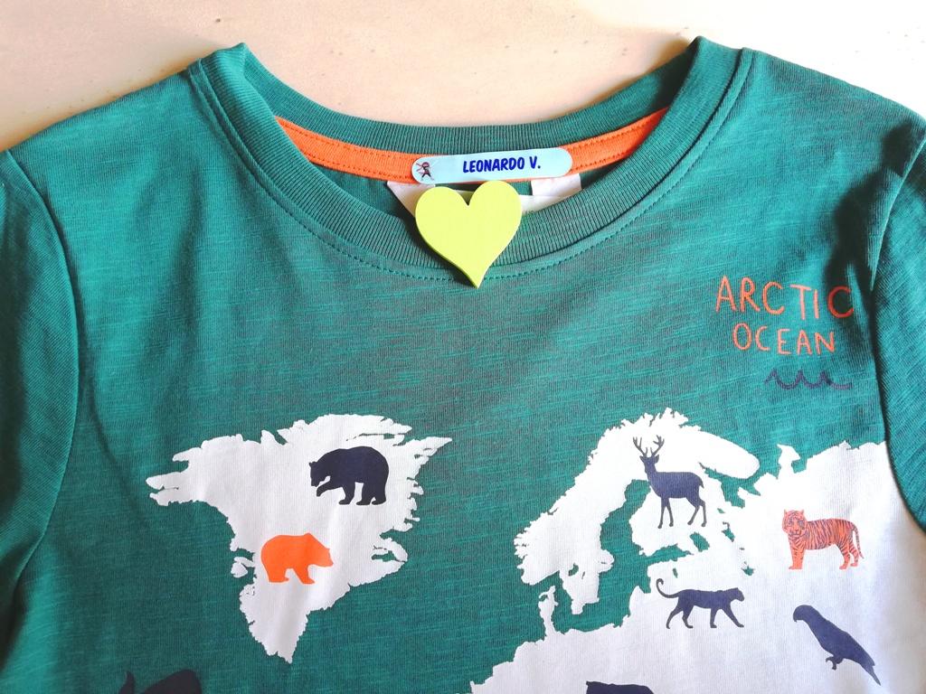 una maglietta con etichetta personalizzata