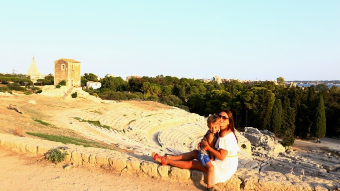 una mamma e un bambino che si abbracciano al parco archeologico della nepolis di siracusa
